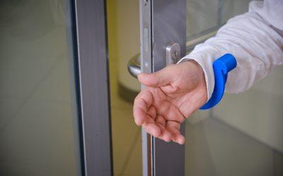 Díky namadlu není třeba otevírat dveře rukou