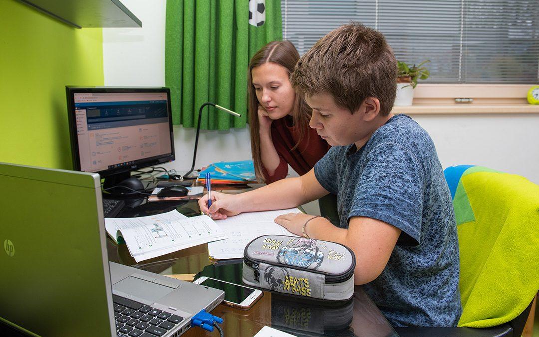 Studenti pomáhají v rodinách i domovech
