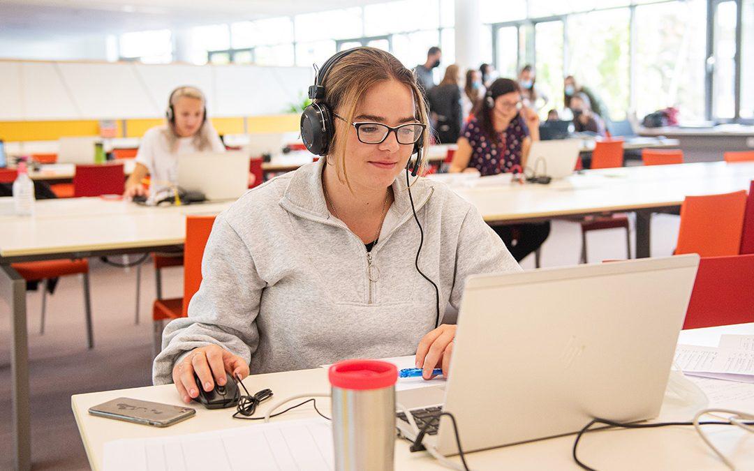 V univerzitní knihovně studenti už téměř půl roku pomáhají s trasováním